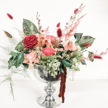 Coppa con rose, fiori e verde stabilizzati