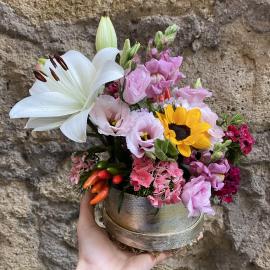 Composizione di fiori freschi in scatola dorata