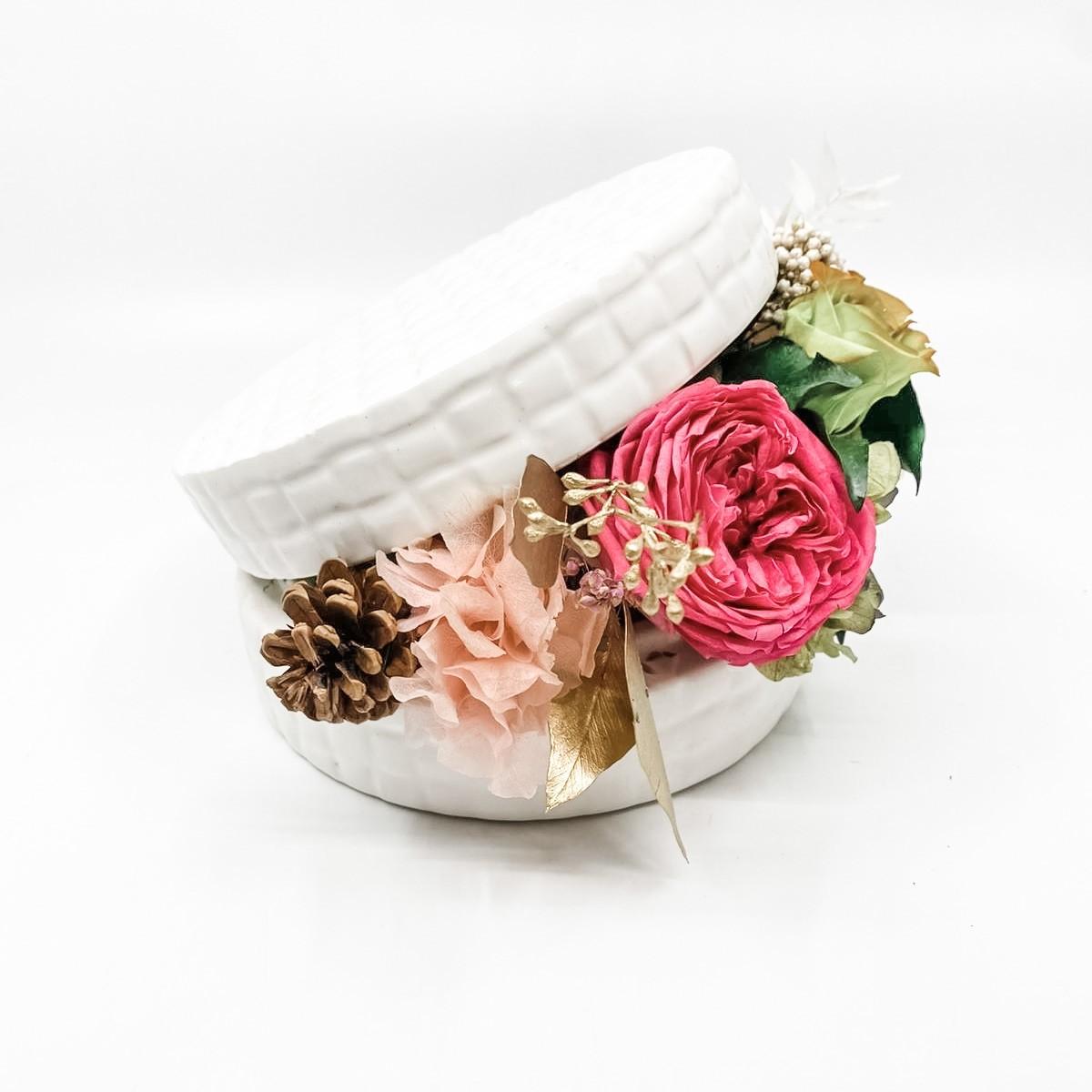 Scatola con fiori e verde stabilizzati