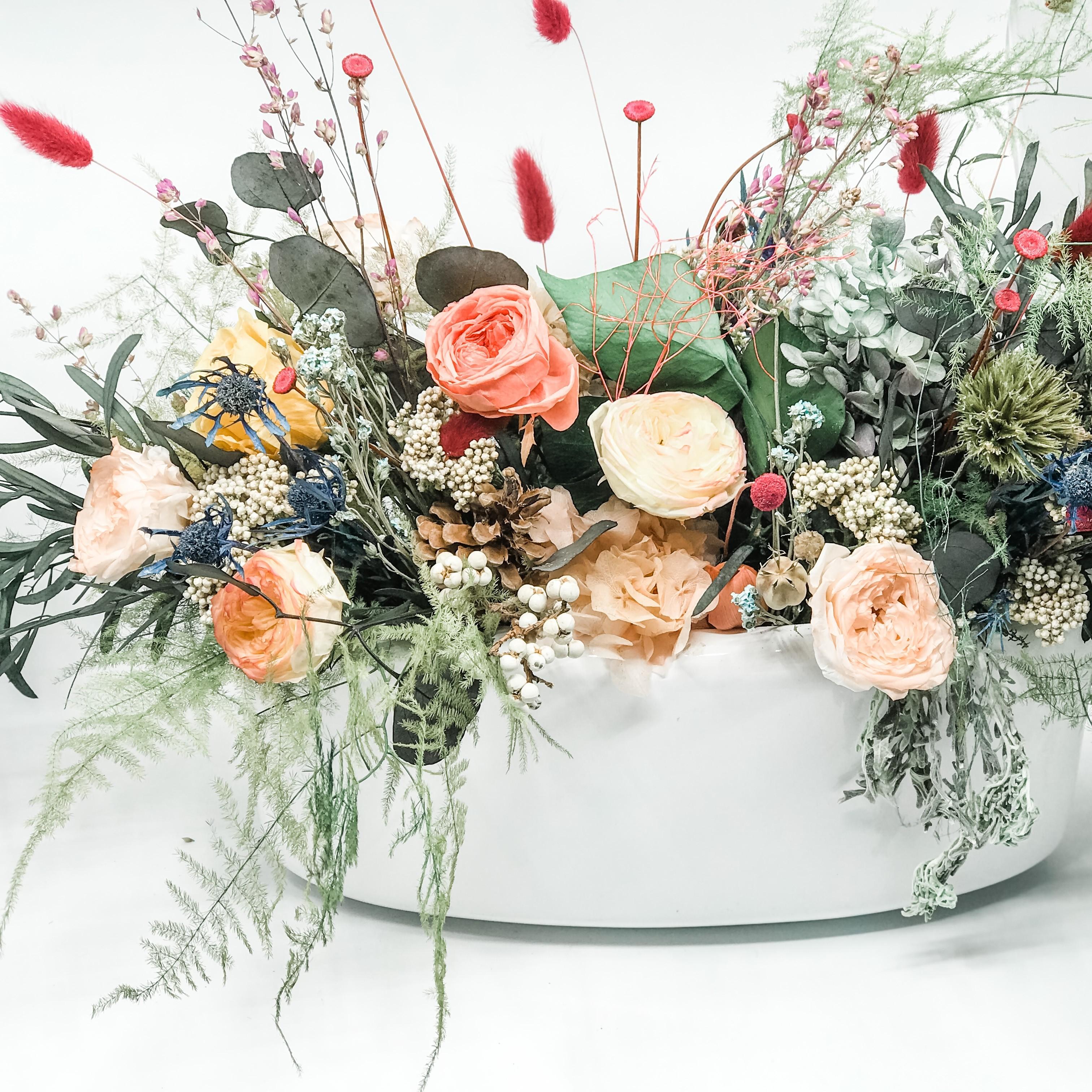 Vaso allungato di fiori e verde stabilizzati