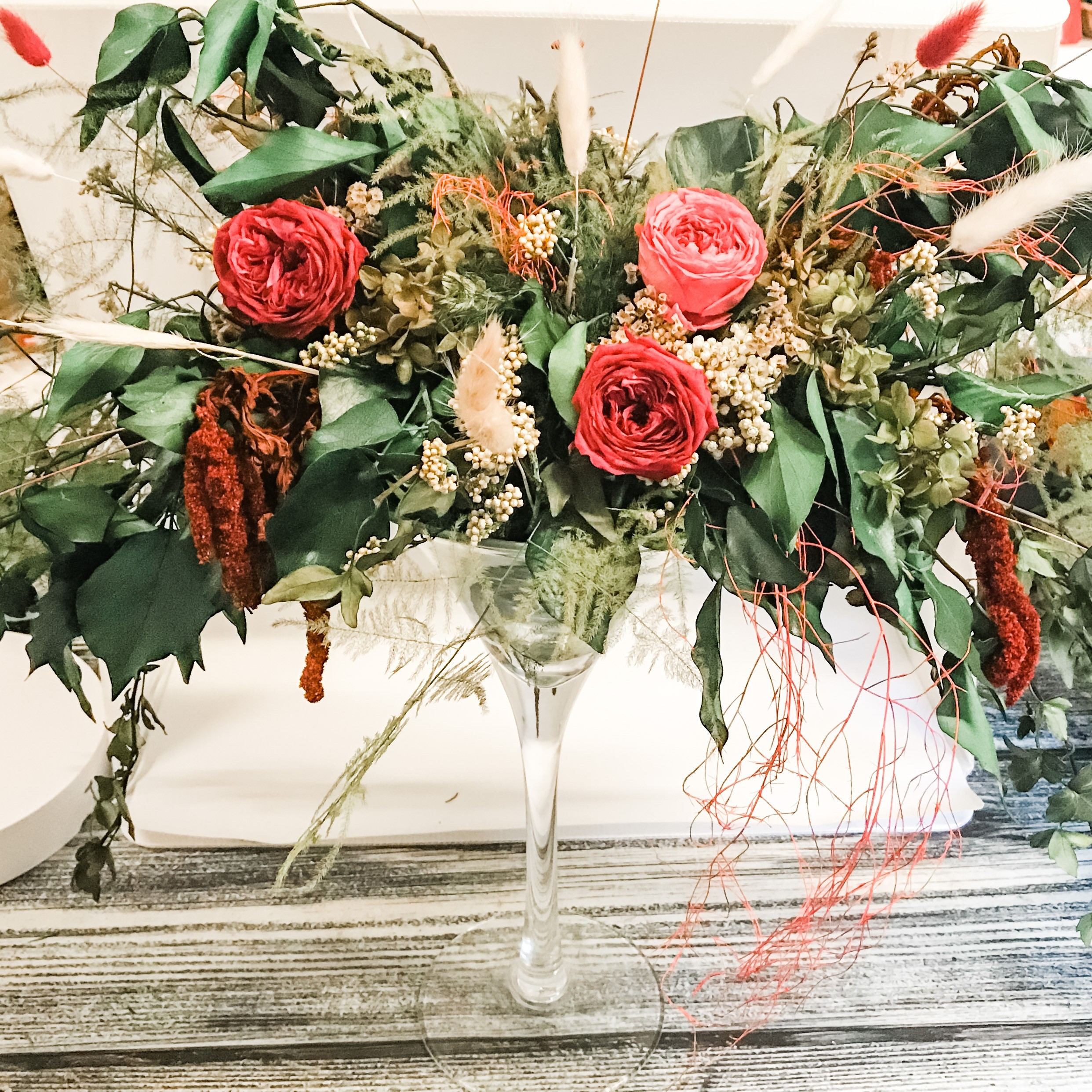 Vaso Martini con rose, fiori e verde stabilizzati